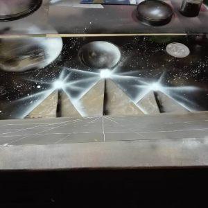 Mondo d'orario con piramidi energetiche