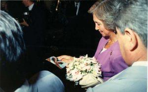 Paraguay 20 de Octubre 1990 La Reina Sofía mientras mira una foto de los estigmas.
