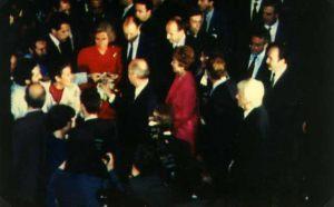 Filippo Bongiovanni enseñando la foto de los estigmas de Giorgio al Líder Ruso M. Gorbaciov.