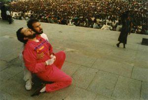 """Zaire - Kinshasa 27 de Marzo 1991 Giorgio Bongiovanni en éxtasis ante miles de personas durante una conferencia en la """"Plaza del Pueblo""""."""