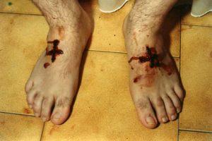Italia - Porto S.Elpidio 2 de Setiembre 1991 Giorgio Bongiovanni recibe los estigmas en los pies en forma de dos cruces sangrantes.