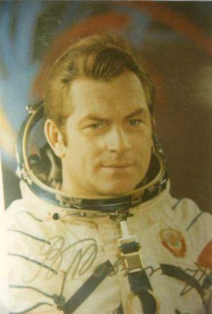 El General Kovalënok con su traje espacial.