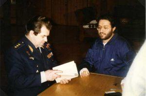 """Rusia - Moscú """"Centro de Control de Vuelos Espaciales"""" el Generale Kovalënok muestra diseños de su avistamiento a Giorgio Bongiovanni"""