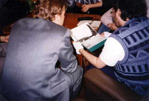 Rusia - Moscú 17 de Junio 1997 Militares Rusos muestran a Giorgio las fotos de ovnis de su archivo.